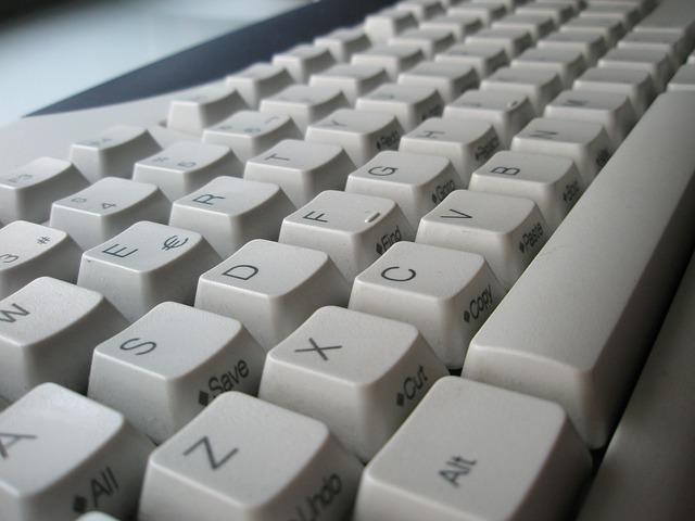 bílá klávesnice pc.jpg