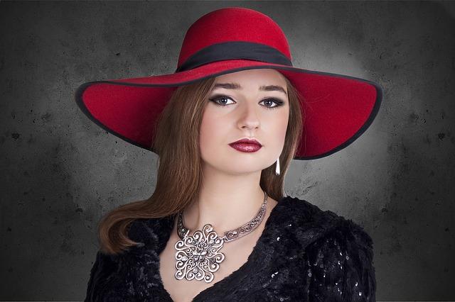 červený klobouk dámy