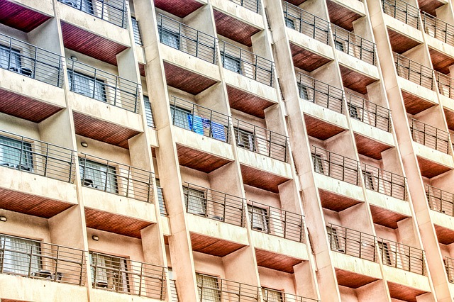 řada stejných balkonů.jpg